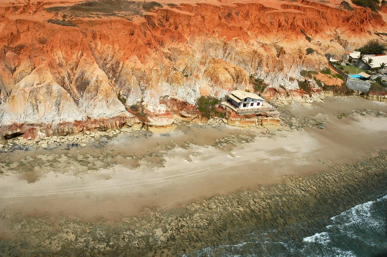imagem de falésia ocupado no Ceará