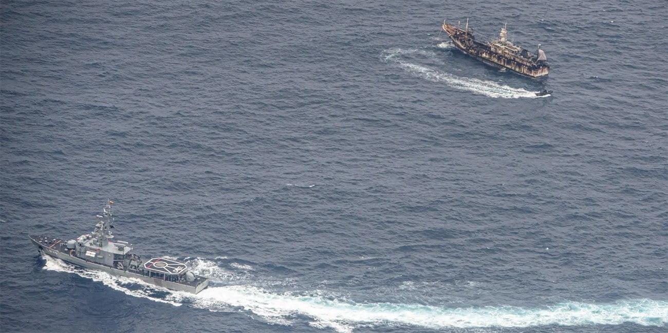 imagem de navio de guerra e pesqueiro chinês