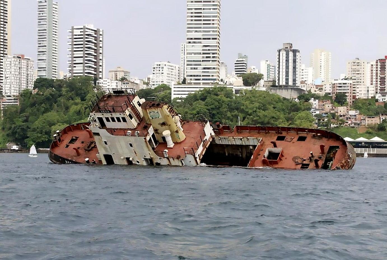 imagem do rebocador Vega sendo afundado na baía de Todos os Santos