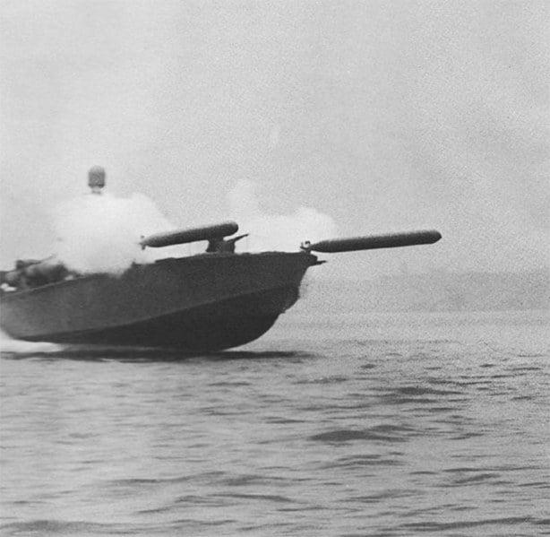 a lancha PT disparando torpedos