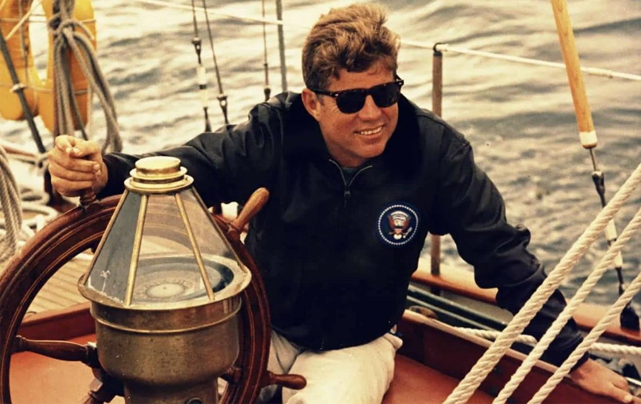 JFK no comando de um barco