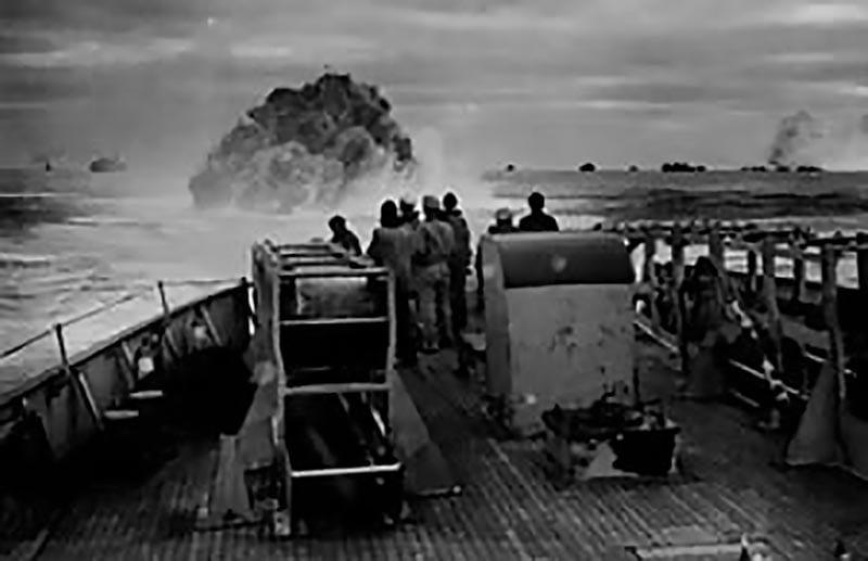 Imagem de navio aliado afundando um U-boot
