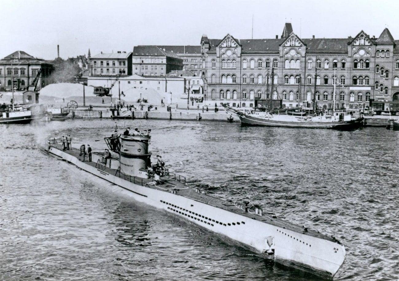 Imagem de U-Boot, submarino alemão, saindo do estaleiro