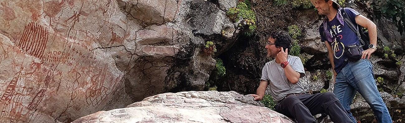 Imagem de pesquisadores estudando a arte rupestre da Amazônia