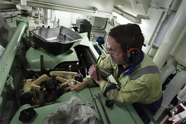 Imagem de engenheiro em casa de máquinas de navio