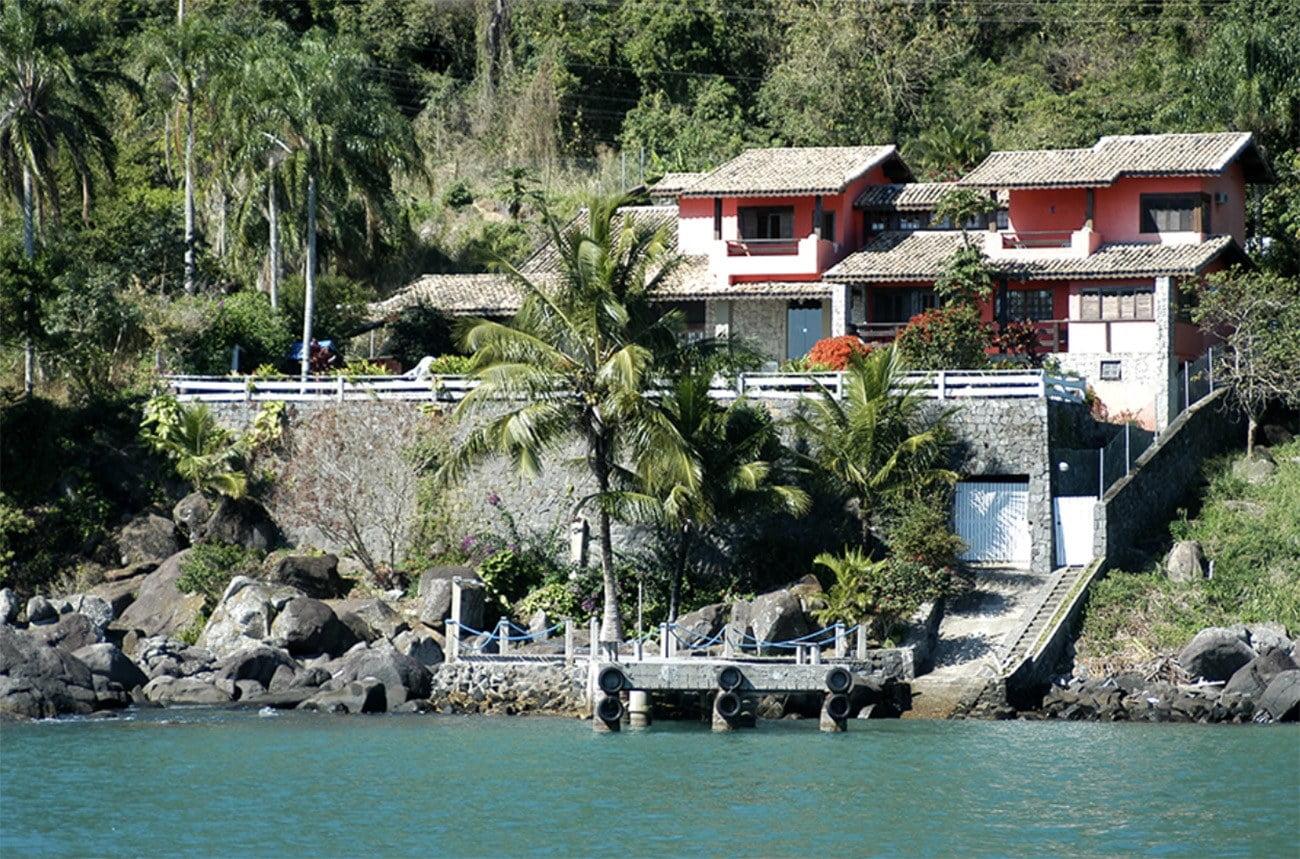 imagem de casas em costão da Ilhabela