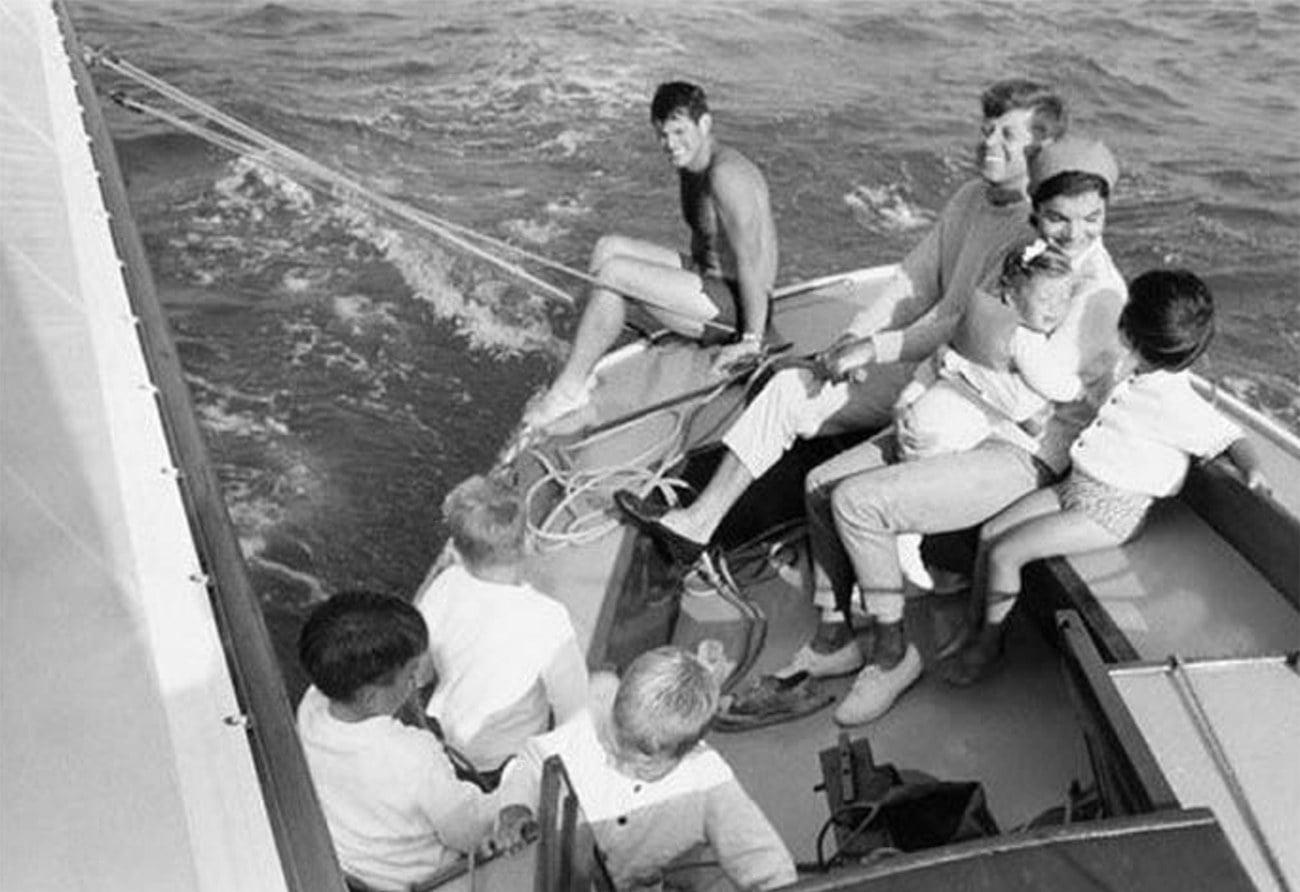 Imagem da família Kennedy velejando