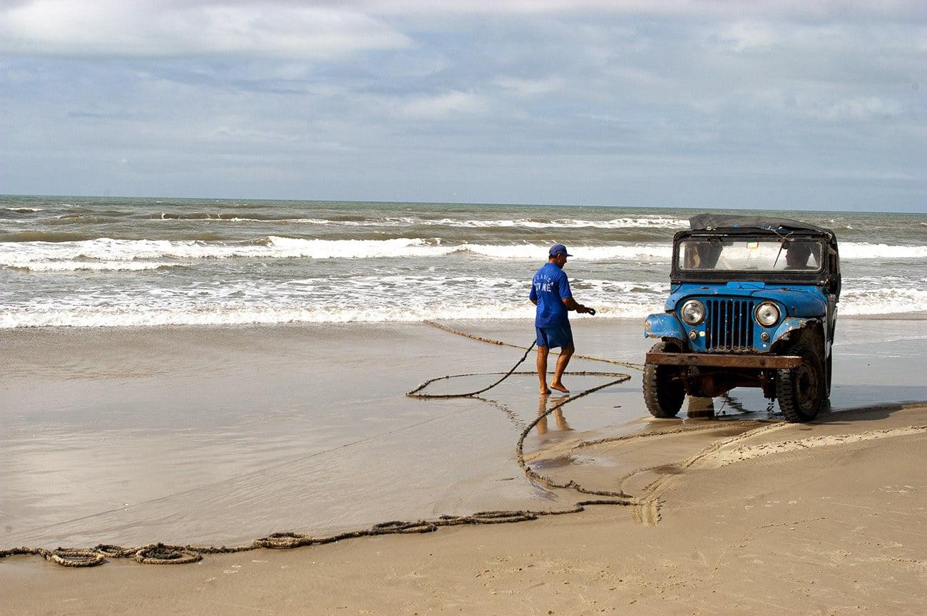 imagem de pescador e Jeep na praia do Cassino