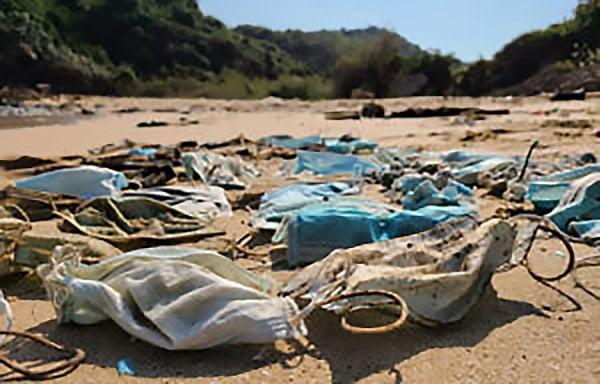 imagem de máscaras descartáveis na praia