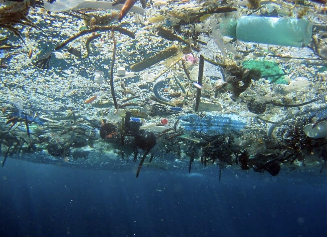 imagem de microplásticos nos oceanos