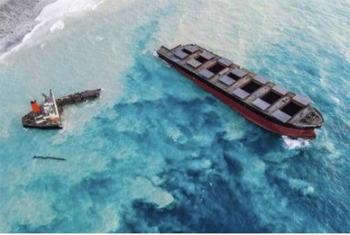 imagem do navio MV Wakashio cortado ao meio