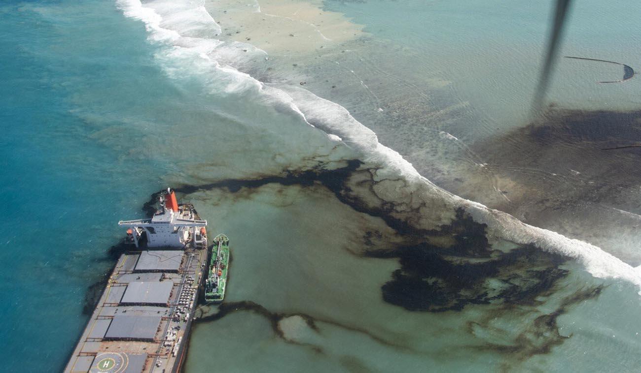 imagem do navio MV Wakashio encalhado soltando óleo