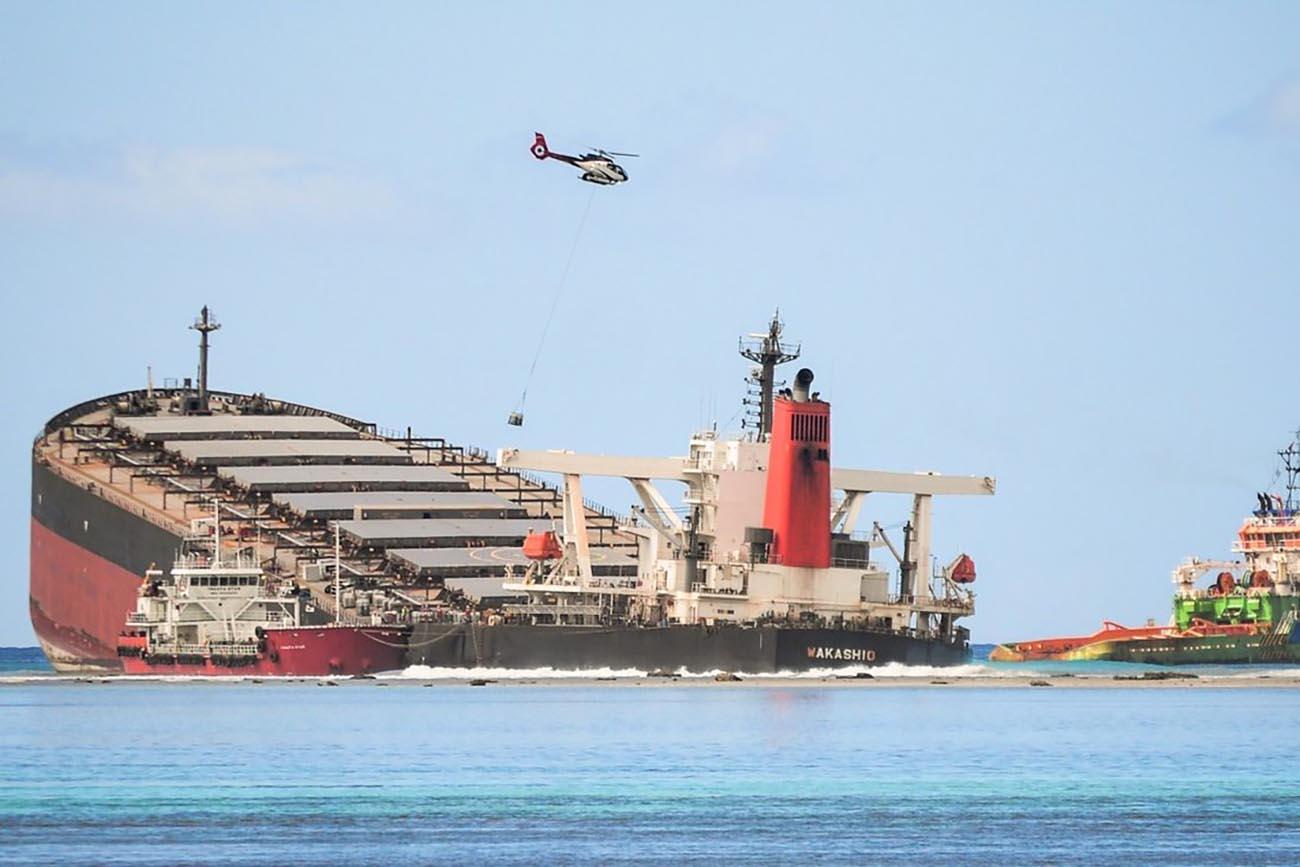 imagem do navio MV Wakashio encalhado em Maurício
