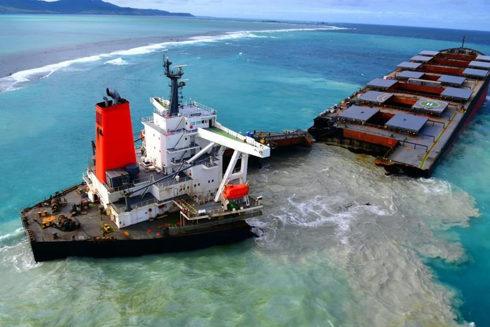 imagem de navio partido ao meio nas Ilhas Maurício