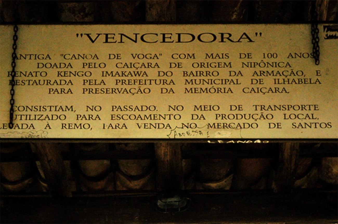 Imagem de placa sobre a canoa Vencedora