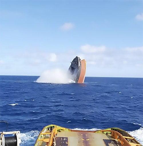 Imagem da proa do navio sendo afundada