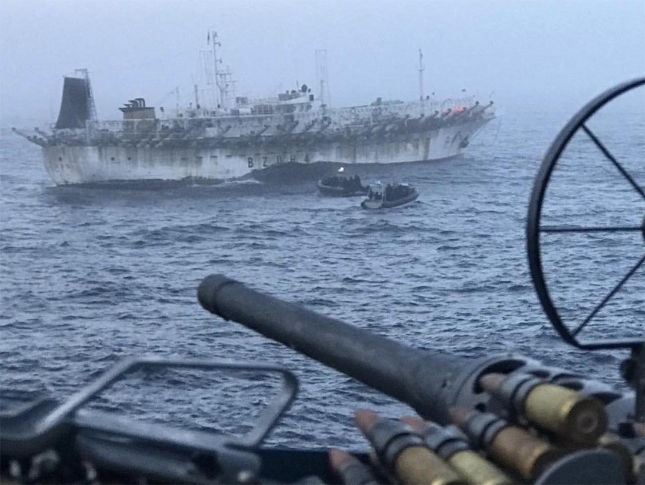 Imagem de pesqueiro chinês sob a mira da Armada Argentina