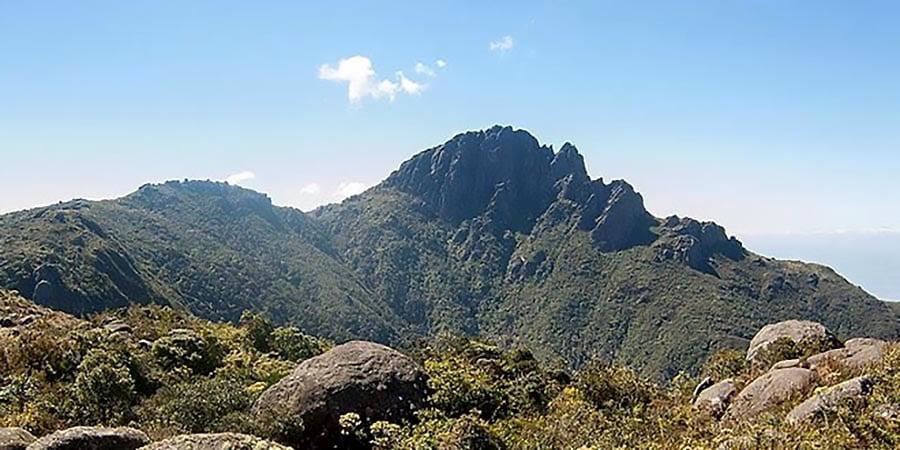 Imagem do pico do Itaguaré no Monumento Natural Mantiqueira