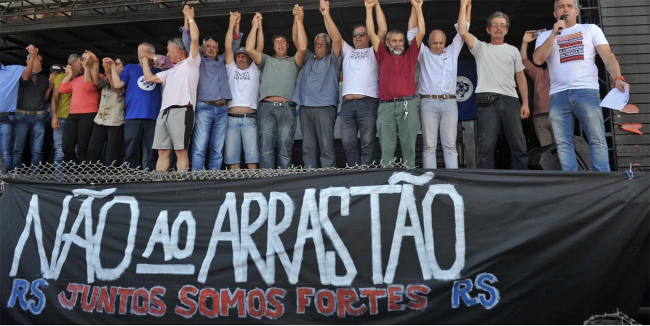 Imagem de pescadores protestando pela Pesca de arrasto no litoral gaúcho