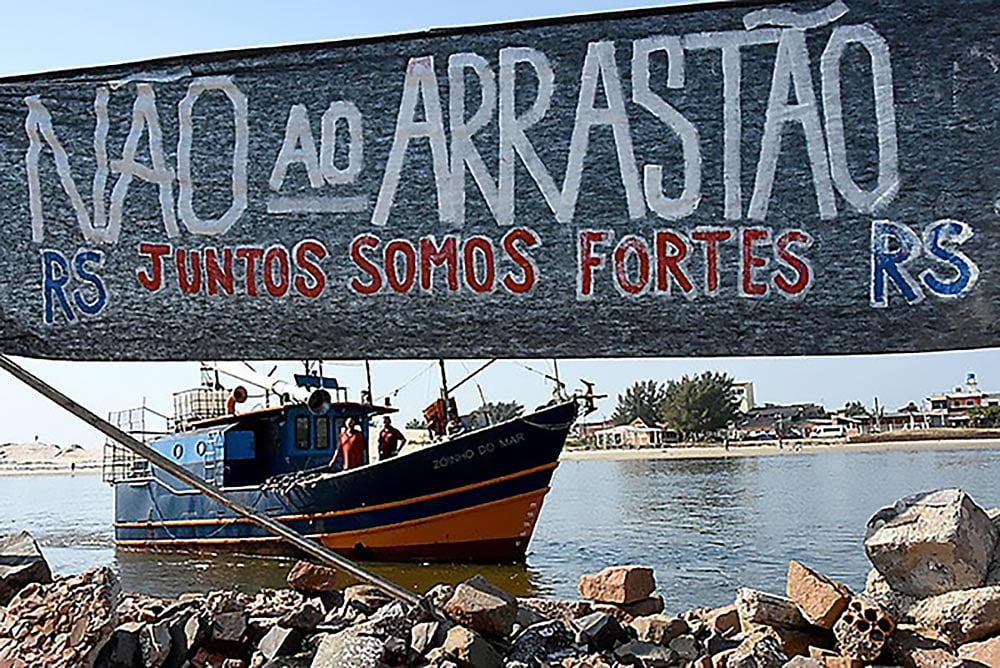 Imagem de cartaz negando Pesca de arrasto no litoral gaúcho