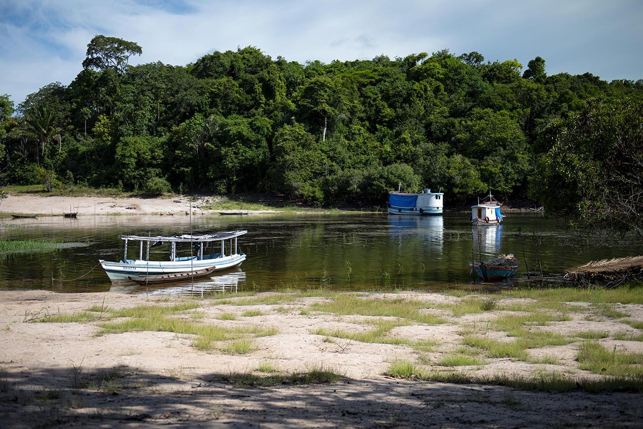 Imagem de barcos no Amazonas