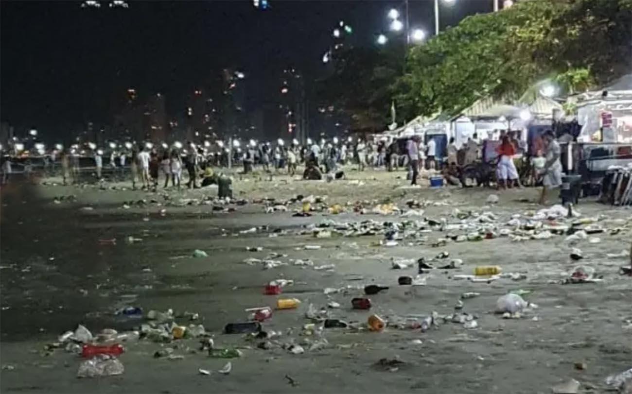 Imagem de lixo na praia de Camboriú depois da virada de ano