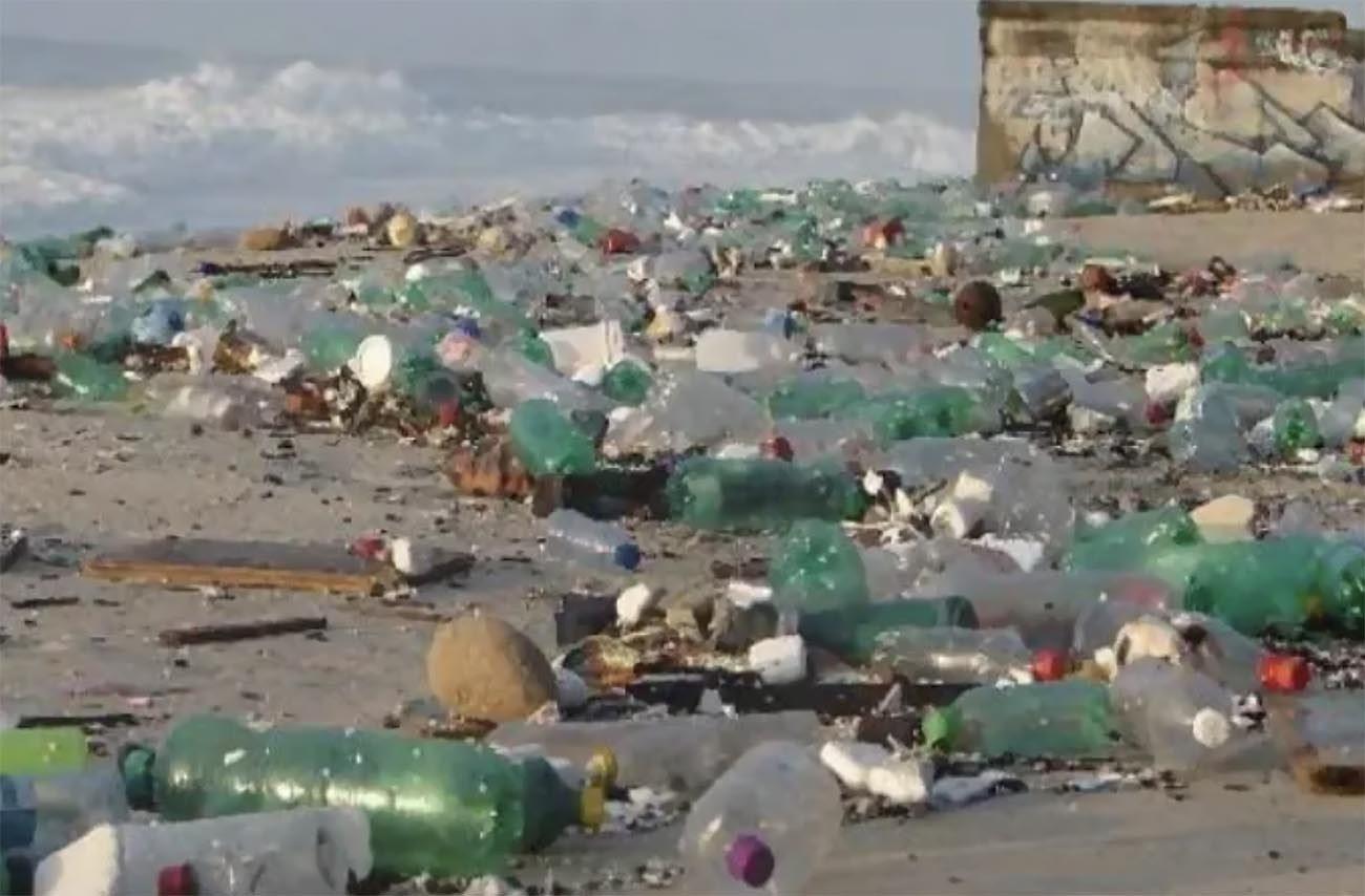 Imagem de lixo em São Conrado depois da virada de ano