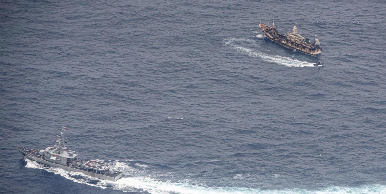 Imagem de navio da marinha do Equador cercando pesqueiro chinês