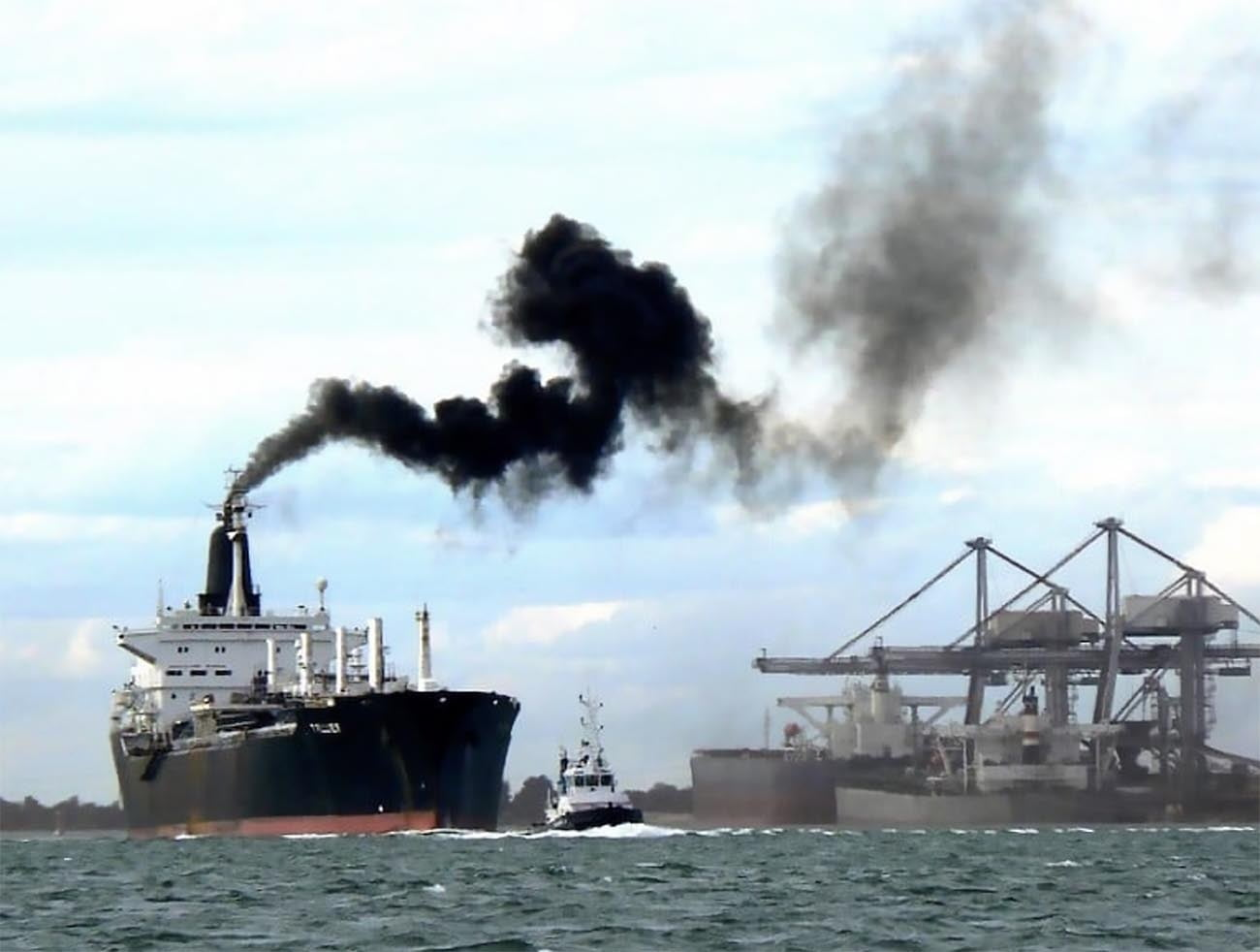 Imagem de navio expelindo fumaça negra