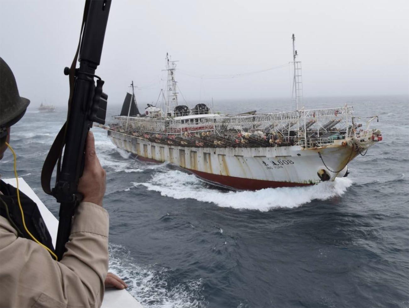Imagem de navio de pesca chinês controlado pela Armada Argentina