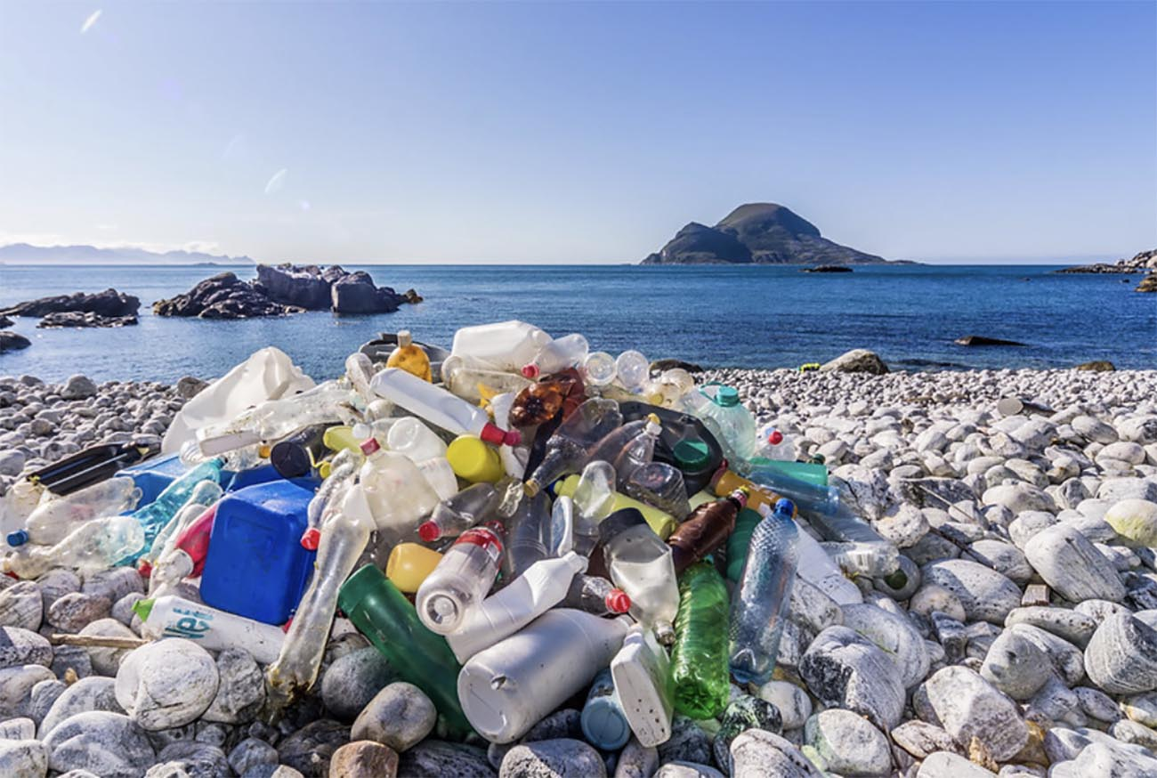 Imagem de lixo plástico em praia