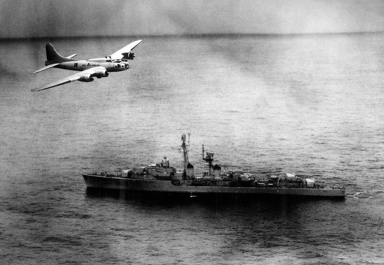 Imagem de avião da FAB sobrevoando o navio Tartu na Guerra da lagosta
