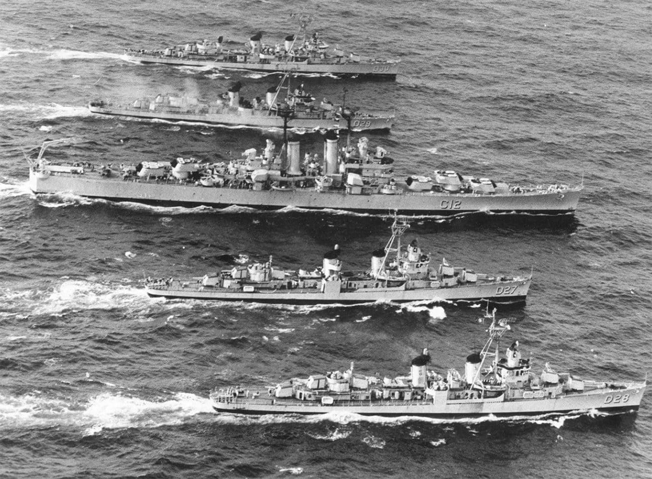 Imagem de cruzador tamandará escoltado por quatro navios