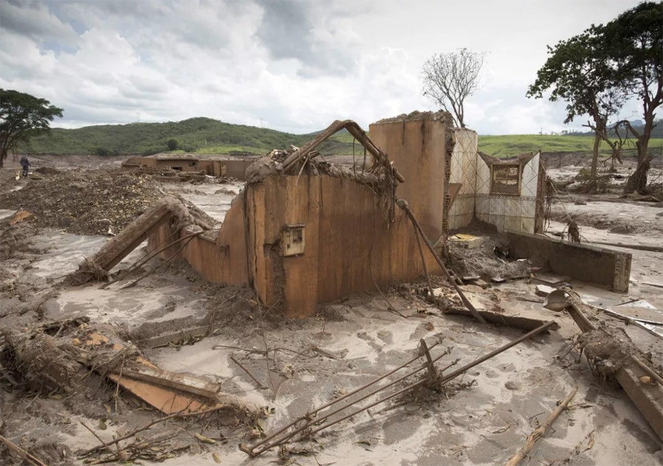 Imagem de casa soterrada pelo acidente da barragem do Fundão