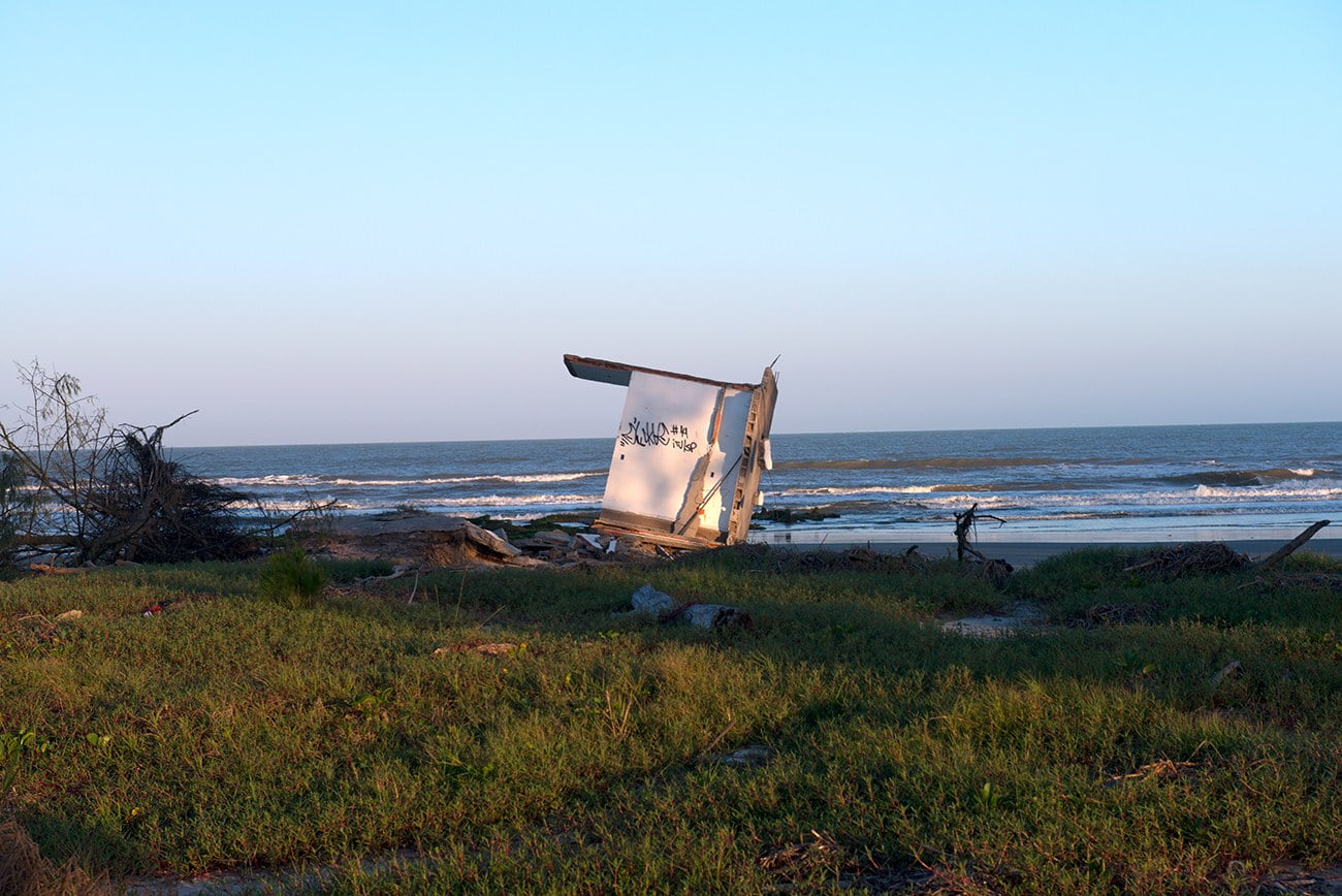 Imagem de casa destruída pela erosão em Ilha Comprida
