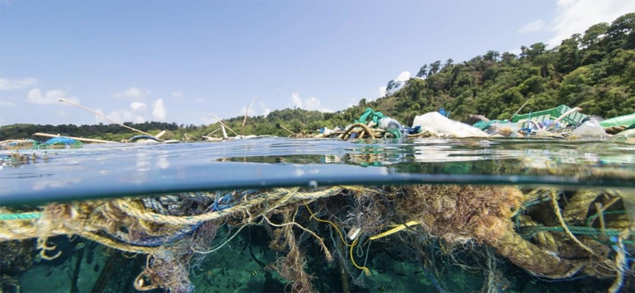 Imagem de lixo plástico nos oceanos