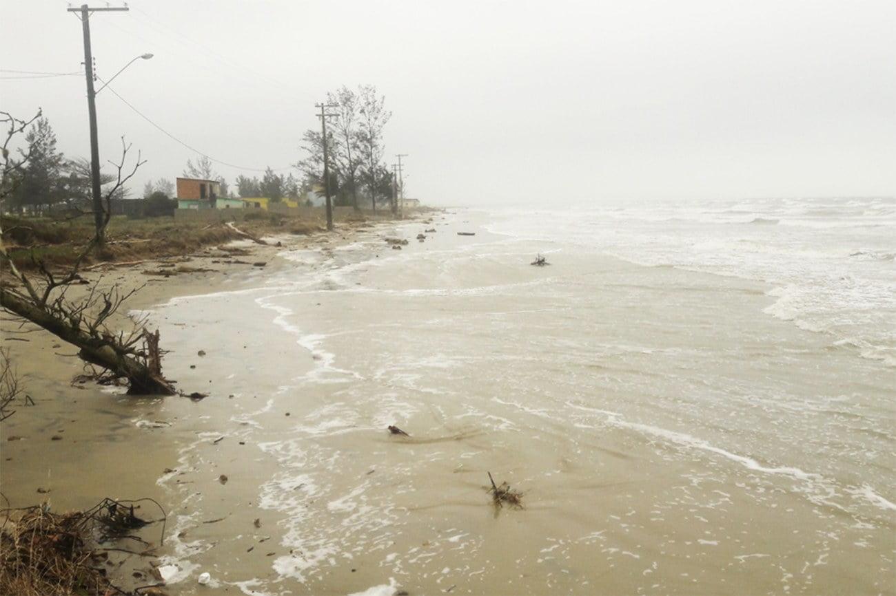 Imagem de avanço do mar no litoral sul de São Paulo