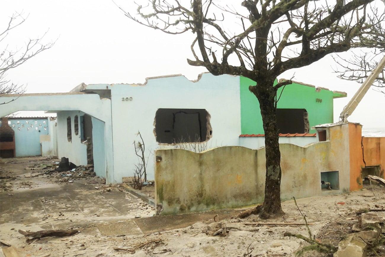 Imagem de erosão em Ilha Comprida
