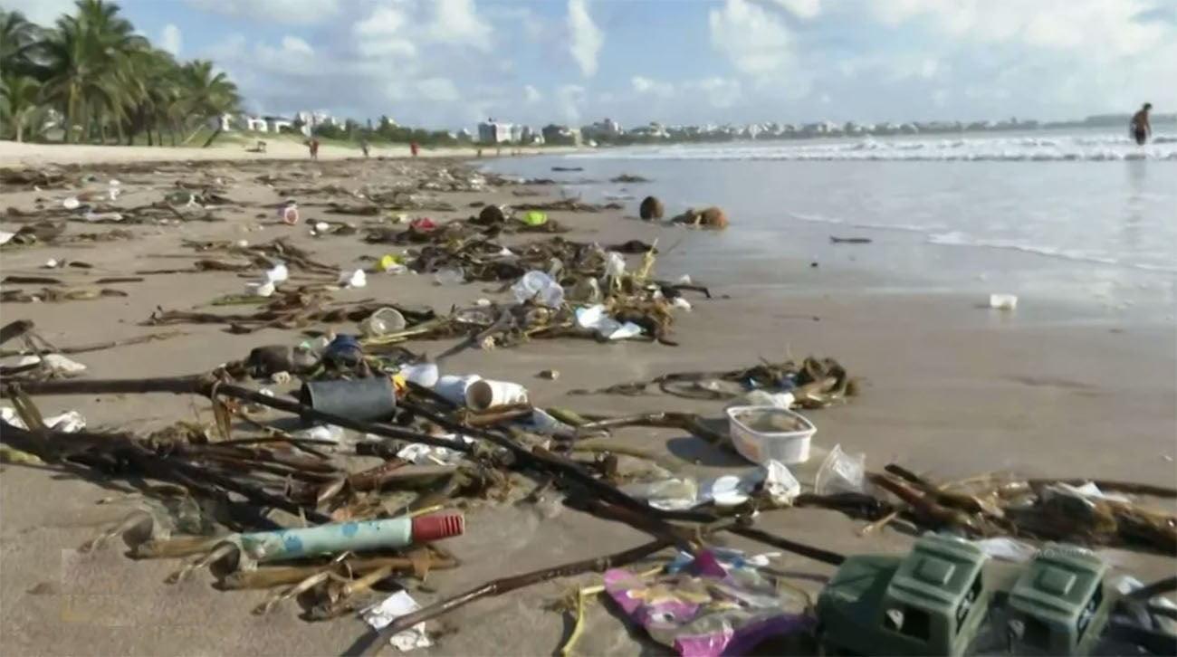 Imagem de lixo em praia da Paraíba