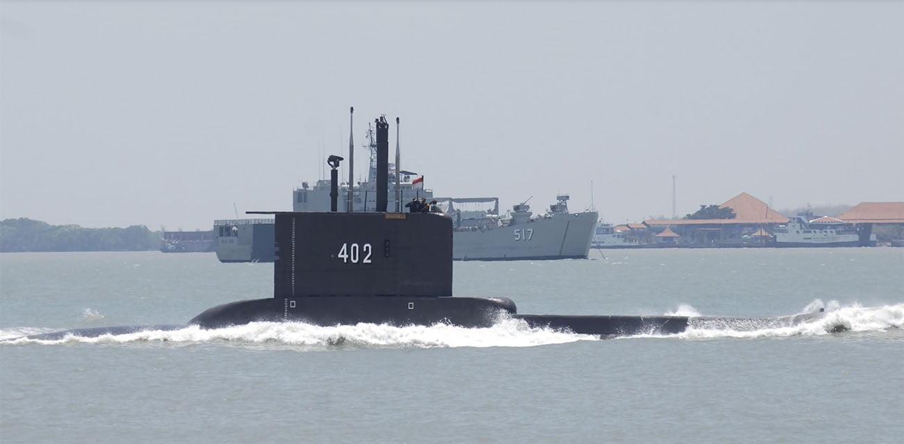 Imagem de submarino à tona