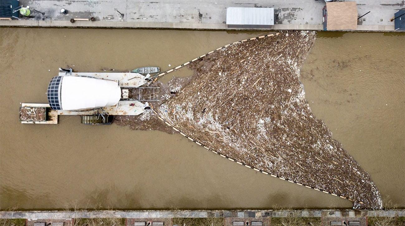 Imagem de balsa limpando um rio