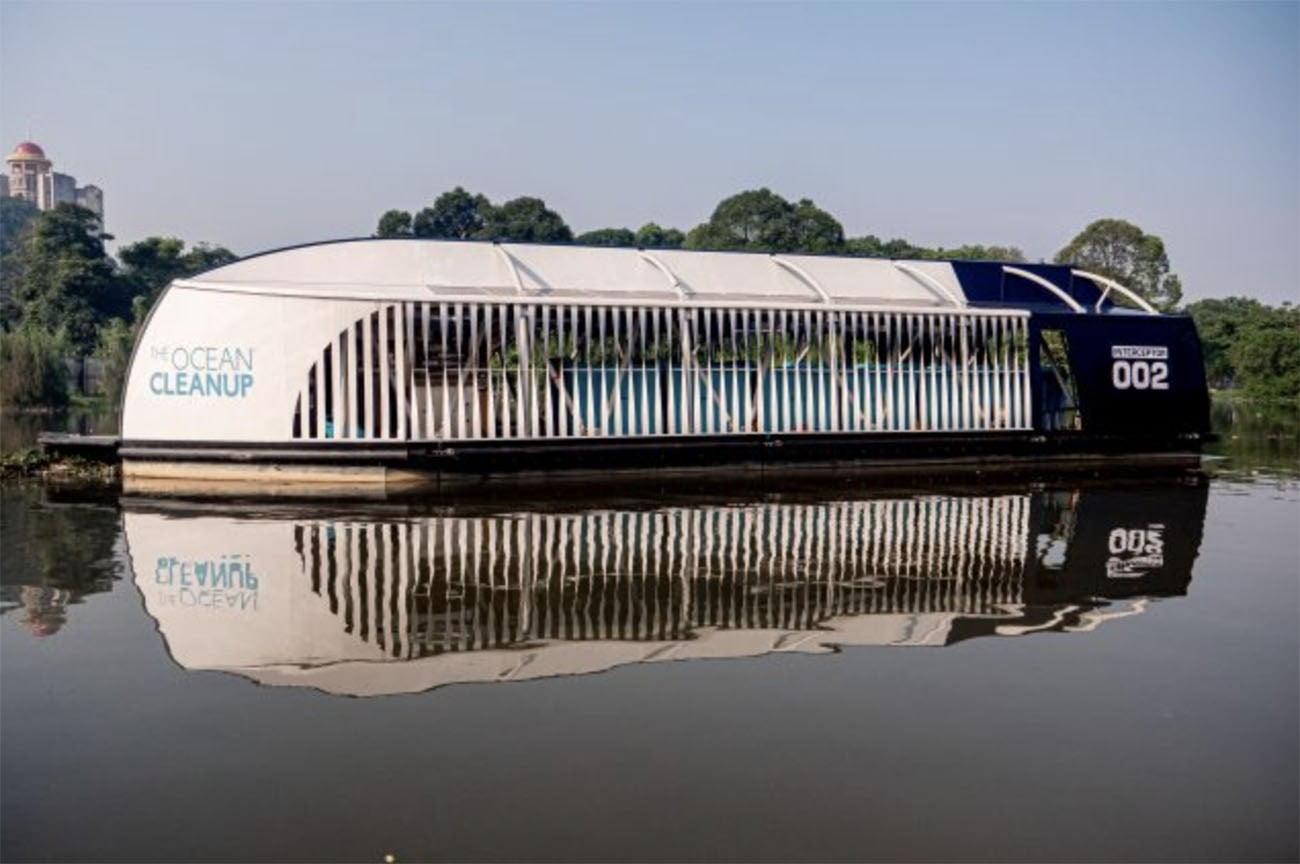 Imagem de balsa que recolhe lixo em rios