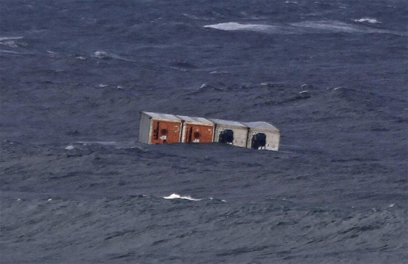 Imagem de contêineres boiando no mar