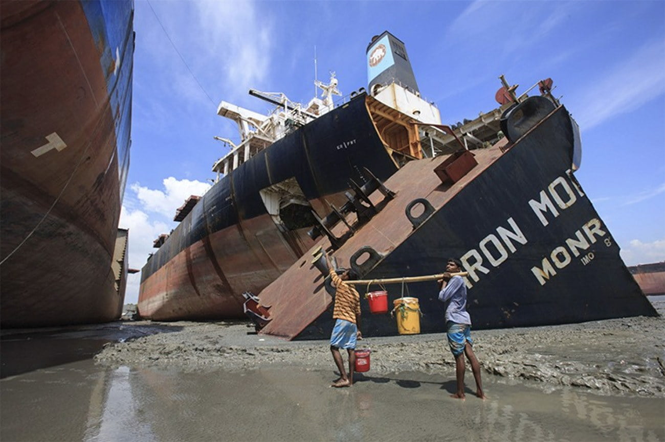 Imagem de desmonte de navio em estaleiro em Bangladesh.