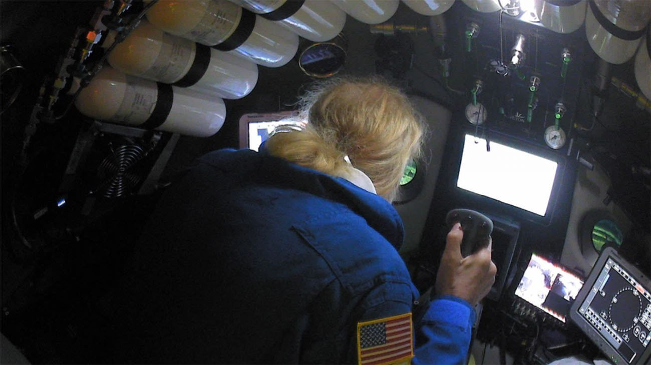 imagem de Victor Vescovo a bordo de submarino