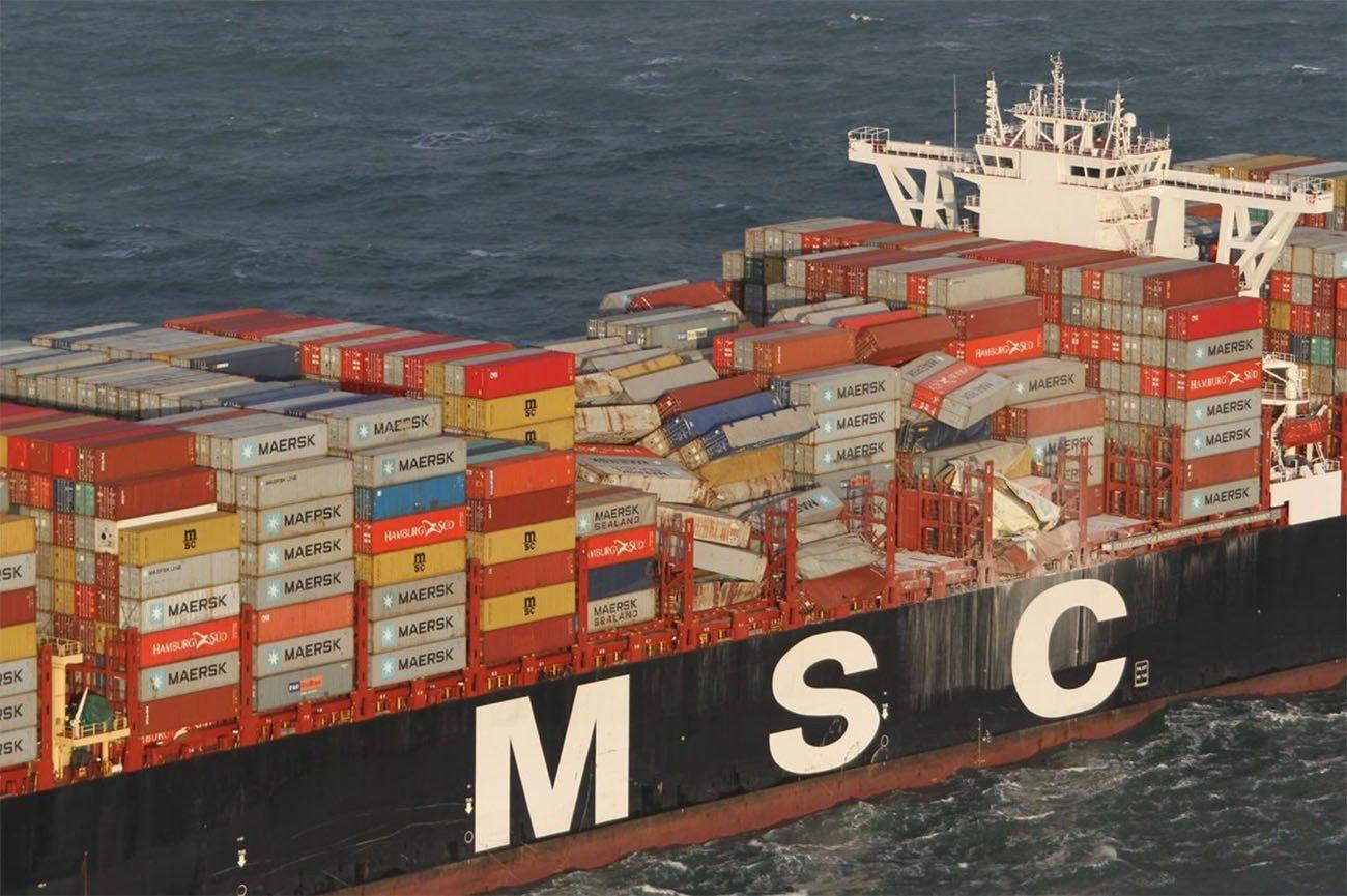 Imagem do navio que perdeu contêineres no mar