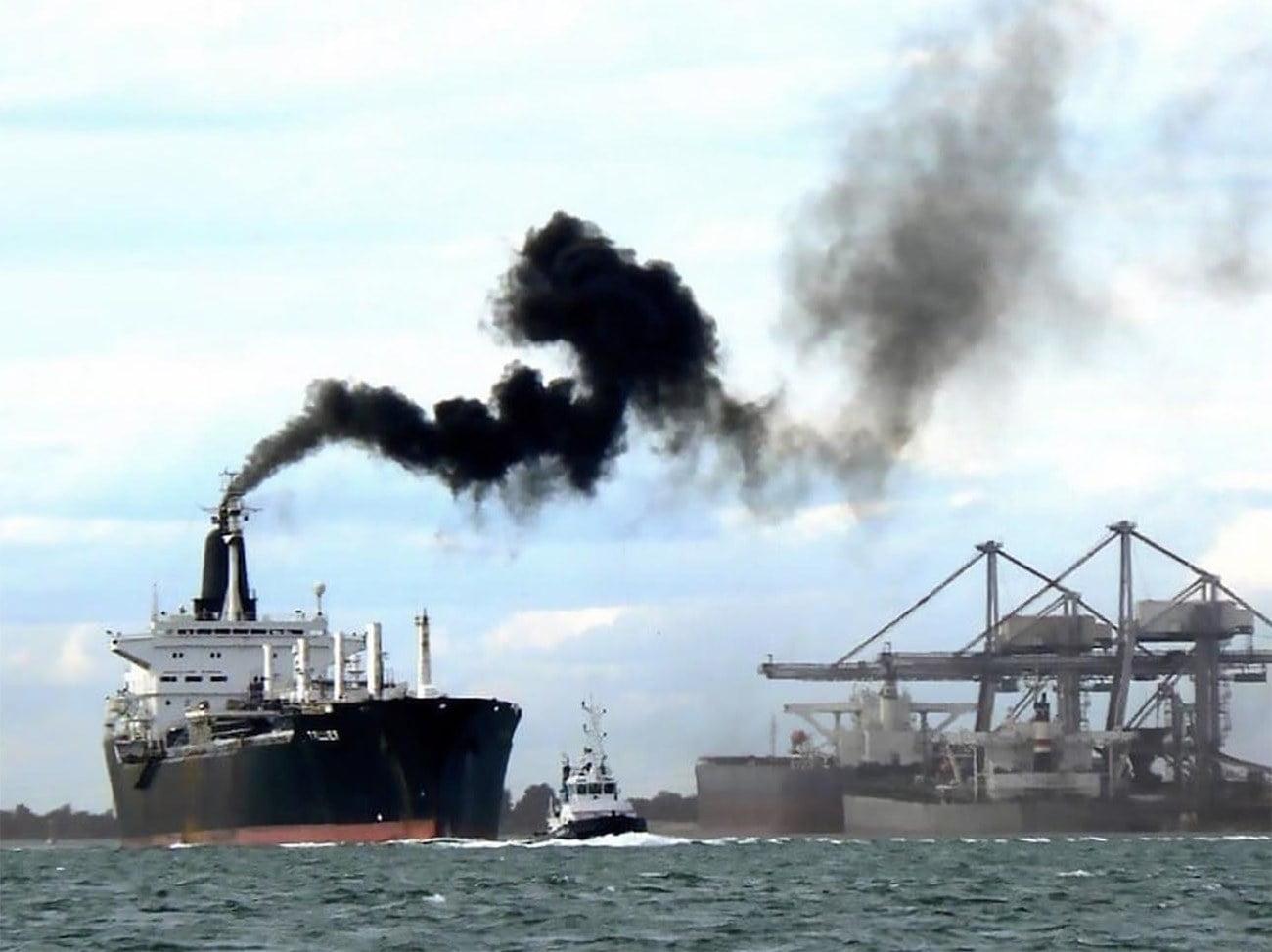 Image de navio emitindo fumaça preta