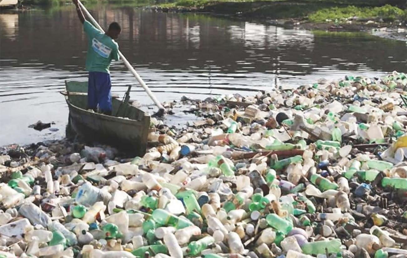 Imagem de rio poluído por plástico