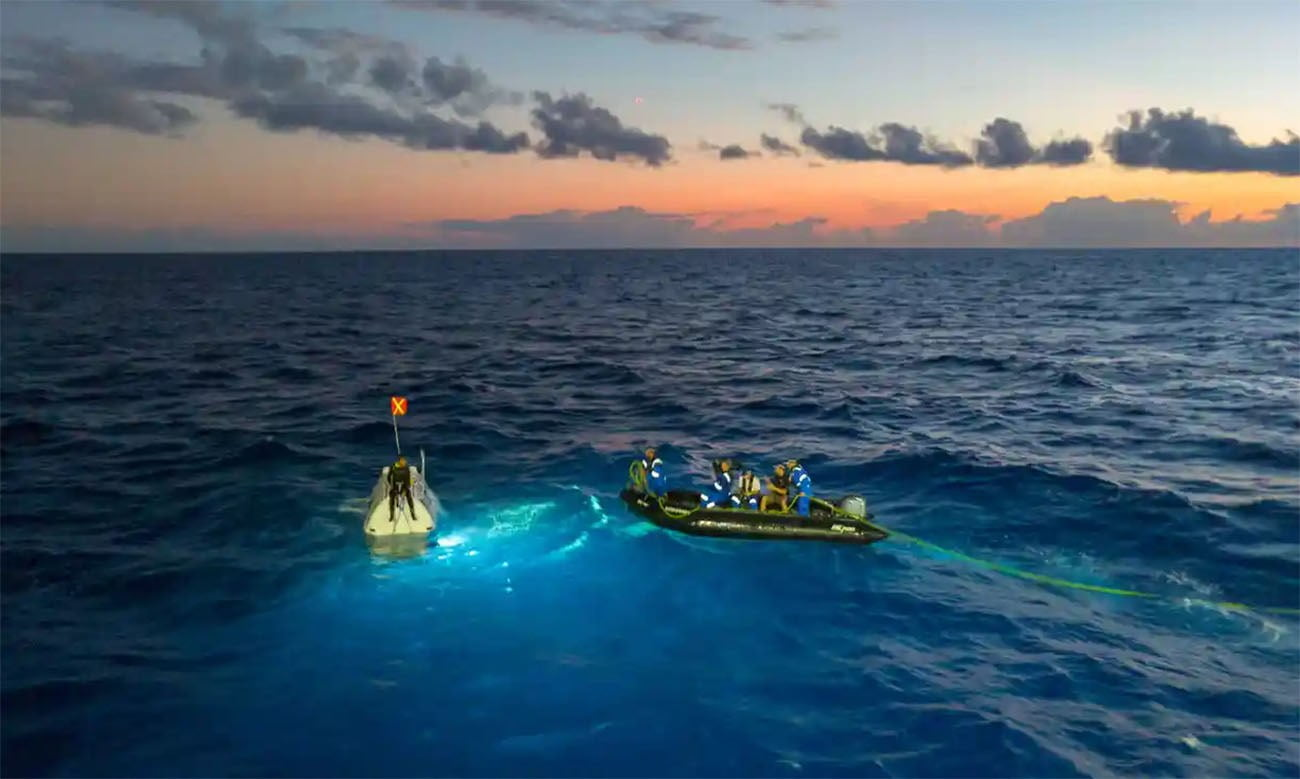 Imagem do submarino Five Deeps no mar
