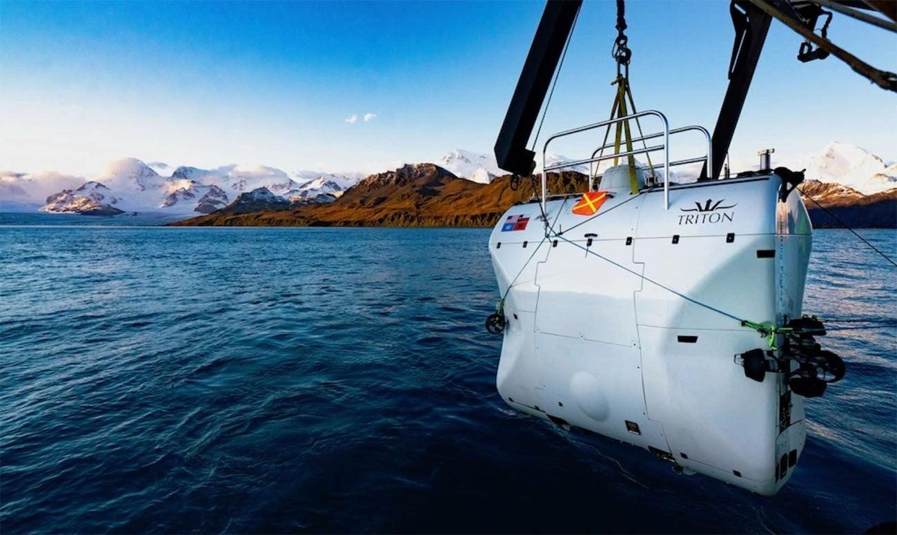 O submarino Five Deeps sendo içado para um navio